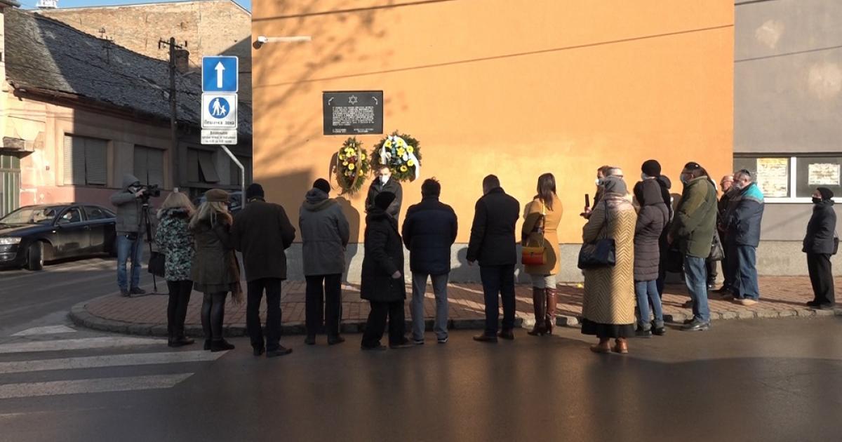 Koszorúzás az egykori zsinagógánál Nagybecskereken
