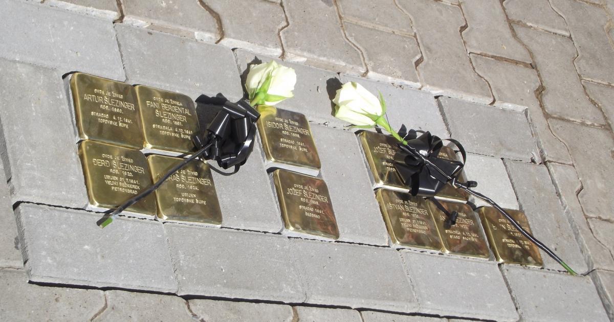 Botlatókövek a zsidó áldozatok emlékére Törökbecsén
