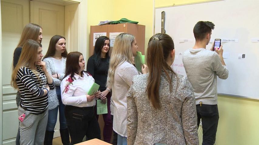 Érdeklődő diákok a tábla előtt