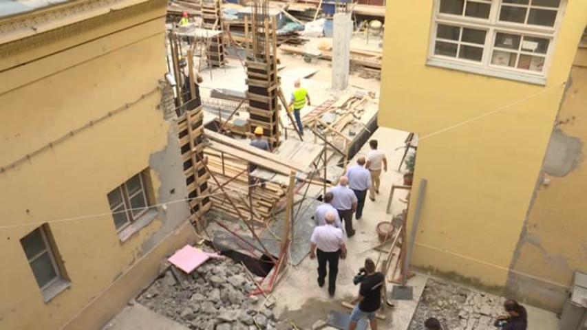 a vendégek az építkezésen