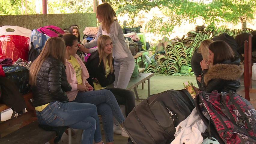 Hallgatók a tanya udvarán